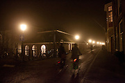 Fietsers rijden door de avondmist in Utrecht.<br /> <br /> Cyclist are riding at night with fog