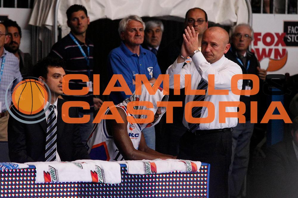 DESCRIZIONE : Cantu Lega A1 2007-08 Playoff Quarti di Finale Gara 4 Tisettanta Cantu Lottomatica Virtus Roma <br /> GIOCATORE : Luca Dalmonte Herve Toure<br /> SQUADRA : Tisettanta Cantu<br /> EVENTO : Campionato Lega A1 2007-2008 <br /> GARA : Tisettanta Cantu Lottomatica Virtus Roma <br /> DATA : 17/05/2008 <br /> CATEGORIA : Esultanza Delusione<br /> SPORT : Pallacanestro <br /> AUTORE : Agenzia Ciamillo-Castoria/G.Cottini