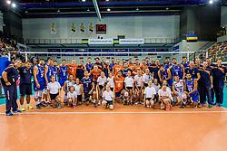 19-08-2017 NED: Oefeninterland Nederland - Italië, Apeldoorn<br /> De Nederlandse volleybal mannen spelen hun tweede oefeninterland van twee in Topsporthal De Voorwaarts tegen Italie als laatste voorbereiding op het EK in Polen / Team Nederland, Team Italie en de balkenkinderen op de foto