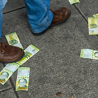 Billetes de Venezuela del antiguo cono monetario se utilizan como confeti en la manifestación del 23 de enero de 2019. Las protestas contra el gobierno de Maduro se realizaron el 23 de enero de 2019.Bills of the old monetary cone are used as confetti in the demonstration of January 23, 2019. Protests against the government of Maduro made on January 23, 2019.
