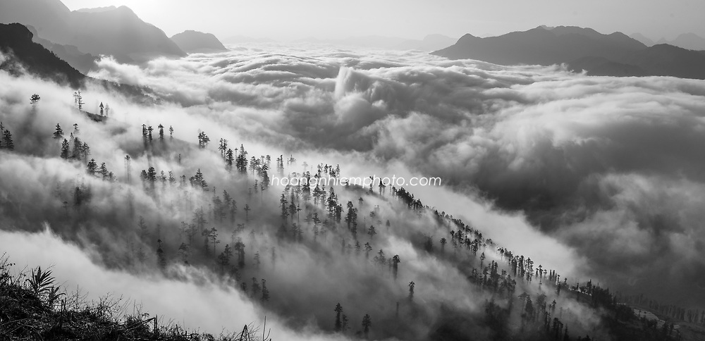 The panoramic view of Sapa in cloud -North VietNam. The fansipan summit -the highest peak of Indochina peninsular locate here. Hoàng thế Nhiệm