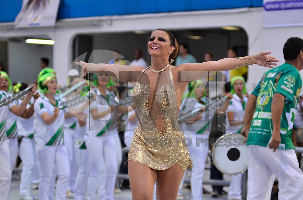 SÃO PAULO, SP, 03 DE FEVEREIRO DE 2013 - ENSAIO TÉCNICO MANCHA VERDE - Rainha da Bateria Viviane Araújo  durante ensaio técnico da Escola de Samba Mancha Verde na preparação para o Carnaval 2013. O ensaio foi realizado na noite deste domingo (03) no Sambódromo do Anhembi, zona norte da cidade. FOTO LEVI BIANCO - BRAZIL PHOTO PRESS