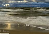 Gewitterwolken und Brandungswellen an der Ostsee, Nida, Litauen