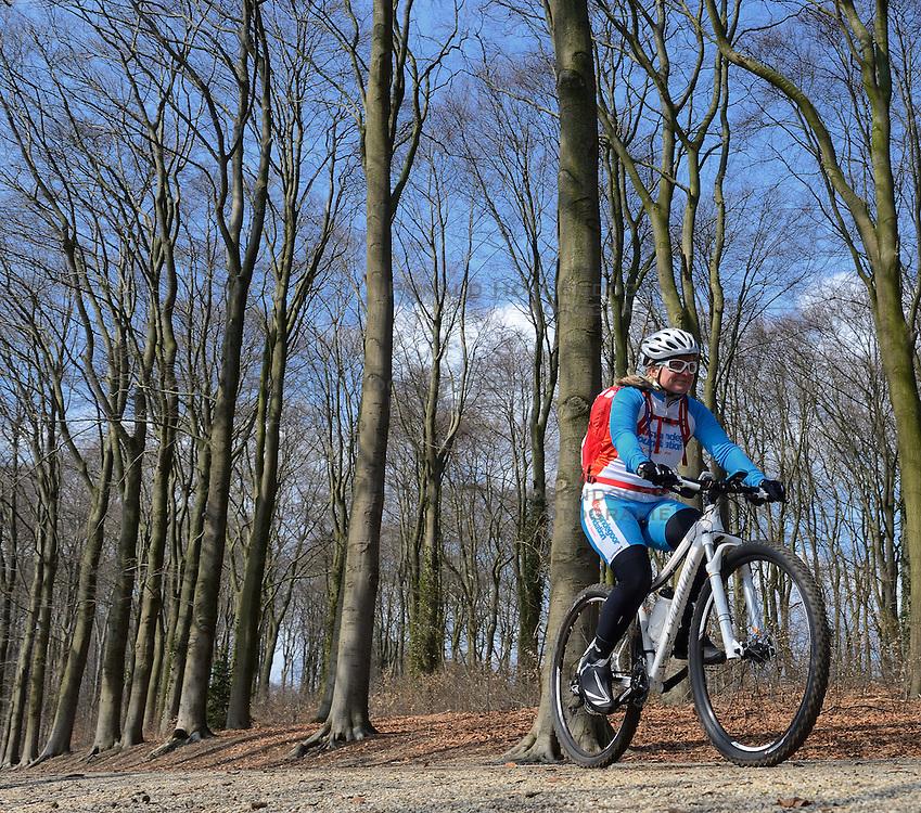01-04-2013 ALGEMEEN: WE BIKE 2 CHANGE DIABETES: ARNHEM<br /> In de bossen bij Papendal werd de tweede meeting van de BvdGf gehouden met een fotosessie en een stukje biken / Petra<br /> &copy;2013-FotoHoogendoorn.nl