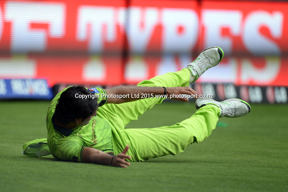 Pakistan player Mohammed Irfan tries to save a boundary during the ICC Cricket World Cup match between India and Pakistan at Adelaide Oval in Adelaide, Australia. Sunday 15 February 2015. Copyright Photo: Raghavan Venugopal / www.photosport.co.nz