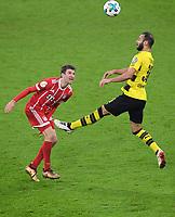 Fussball  DFB Pokal  Achtelfinale  2017/2018   FC Bayern Muenchen - Borussia Dortmund        20.12.2017 Thomas Mueller (li, FC Bayern Muenchen) gegen Oehme Toprak (re, Borussia Dortmund)