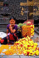 Nepal - Vallée de Kathmandu - Kathmandu - Temple bouddhiste sur Asan Tole - Marchande de fleurs pour offrandes