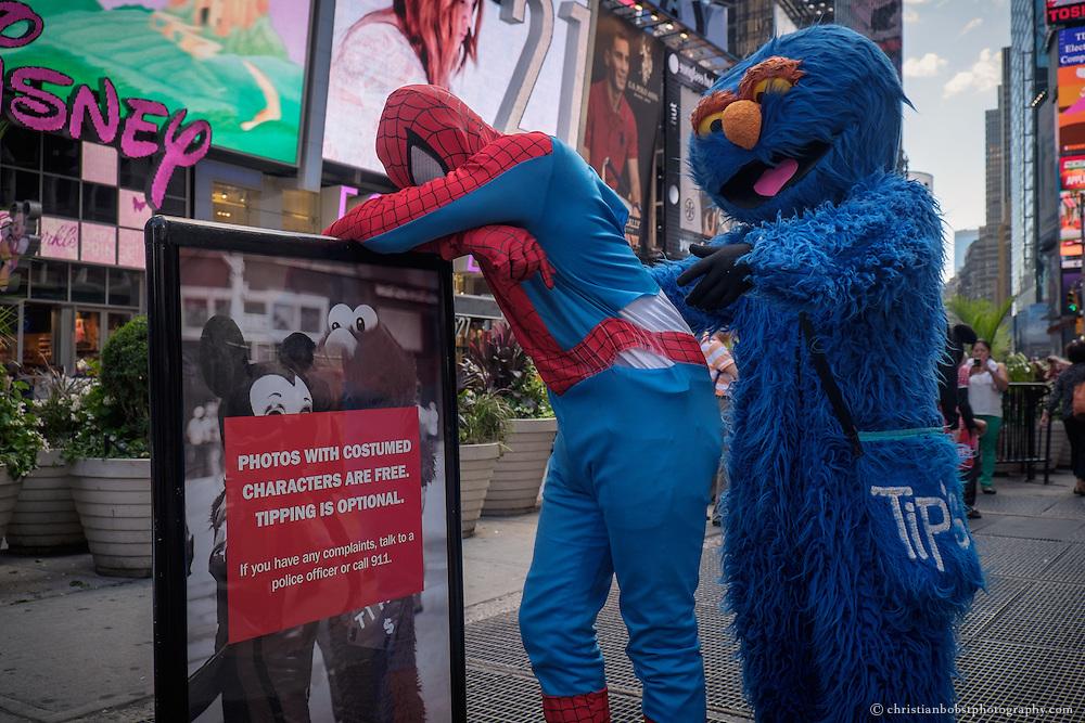 Spiderman, Elmo oder Mickey Maus - wie am times square eine eigene Variante des American Dreams wächst. Sie repräsentieren Amerikas Ikonen wie  Superman und Spiderman oder die Kuschelkumpels aus der Sesam Strasse. Verkleidet als Elmo oder Captain America lassen sie sich vor den Glitzerfassaden des Times Square als lebendes Stück amerikanischer Traum  von Touristen ablichten.  Hinter den Masken und Fassaden steckt ein Knochenjob, harte Konkurrenz und zunehmend Stress mit der Polizei. Ein Blick auf einen neuen New Yorker Berufsstand und dessen Versuche, sich zu organisieren...