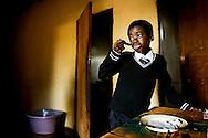 Mosiiwa st&aring;r p&aring; betongulvet midt i stuen og friserer sig med en gul plastickam. Han har s&aelig;be i den ene &oslash;re efter morgenens bad. Skjorten har tante Sense lige str&oslash;get, og den er hvidere end hvid.  Sammen med slips, vest og bukser med pressefolder ligner Mosiiwa mere end mindre&aring;rig bankfunktion&aelig;r end en ni&aring;rig skoleelev.<br /> Tante Sense sidder i sofaen og sk&aelig;ver hen mod digitaluret. Klokken er ikke syv endnu, s&aring; gr&oslash;den st&aring;r stadig og venter p&aring; bordet. Mosiiwa viser sit skoleh&aelig;fte og penalhus frem imens. Blyantsstumperne tr&aelig;nger til en k&aelig;rlig blyantspidser. I skoleh&aelig;ftet st&aring;r der &rdquo;good&rdquo; med tydelig r&oslash;d skrift efter en opgave. S&aring; pakker han det ned i skoletasken. Digitaluret viser syv, og tante giver tegn.<br /> Mosiiwa tager de f&oslash;rste to piller, spiser lidt gr&oslash;d og tager derefter den sidste pille.<br /> -         Sommetider skal jeg opmuntre ham til at spise, for han har ikke altid appetit, fort&aelig;ller tante Sense.<br /> Mosiiwa er smittet med hiv og er p&aring; ARV-medicin. Han har boet hos tante Sense siden moderens d&oslash;d sidste &aring;r. Ligesom mange andre b&oslash;rn i Botswana vokser han op hos en tante, en onkel eller en bedstemor.<br /> Men det er langt fra alle, der er s&aring; heldige at ende hos en tante med overskud til omsorg. For&aelig;ldrel&oslash;se b&oslash;rn er ofte u&oslash;nskede ekstrabyrder i familier, der m&aring;ske knap kan br&oslash;df&oslash;de sig selv.<br /> Blandt andet derfor har Botswana R&oslash;de Kors indf&oslash;rt en mentor-ordning for for&aelig;ldrel&oslash;se b&oslash;rn.