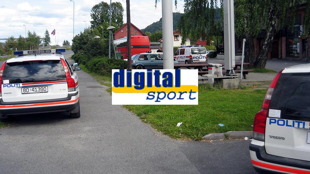 Fotball<br /> 29.07.2007<br /> Foto: Digitalsport<br /> <br /> Et massivt politioppbud p&aring; Statoil-stasjonen i Mj&oslash;ndalen etter det som skal har v&aelig;rt et masseslagsm&aring;l mellom supportere i 16-tiden.