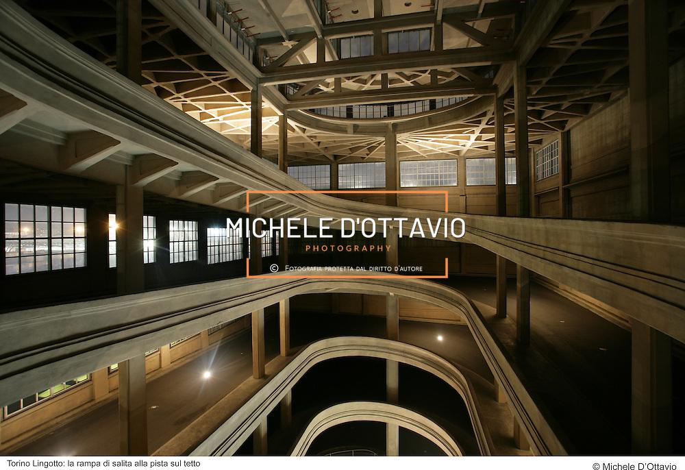 Torino Lingotto: la rampa di salita alla pista sul tetto.fotografia di  Michele D'Ottavio