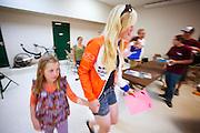 Christien Veelenturf neemt een meisje mee naar de VeloX4 tijdens de show and shine, waar schoolkinderen de snelle fietsen kunnen bekijken. Het Human Power Team Delft en Amsterdam (HPT), dat bestaat uit studenten van de TU Delft en de VU Amsterdam, is in Amerika om te proberen het record snelfietsen te verbreken. Momenteel zijn zij recordhouder, in 2013 reed Sebastiaan Bowier 133,78 km/h in de VeloX3. In Battle Mountain (Nevada) wordt ieder jaar de World Human Powered Speed Challenge gehouden. Tijdens deze wedstrijd wordt geprobeerd zo hard mogelijk te fietsen op pure menskracht. Ze halen snelheden tot 133 km/h. De deelnemers bestaan zowel uit teams van universiteiten als uit hobbyisten. Met de gestroomlijnde fietsen willen ze laten zien wat mogelijk is met menskracht. De speciale ligfietsen kunnen gezien worden als de Formule 1 van het fietsen. De kennis die wordt opgedaan wordt ook gebruikt om duurzaam vervoer verder te ontwikkelen.<br /> <br /> Christien Veelenturf takes a girl to the VeloX4 at the show and shine, where school children can see the speed bikes. The Human Power Team Delft and Amsterdam, a team by students of the TU Delft and the VU Amsterdam, is in America to set a new  world record speed cycling. I 2013 the team broke the record, Sebastiaan Bowier rode 133,78 km/h (83,13 mph) with the VeloX3. In Battle Mountain (Nevada) each year the World Human Powered Speed Challenge is held. During this race they try to ride on pure manpower as hard as possible. Speeds up to 133 km/h are reached. The participants consist of both teams from universities and from hobbyists. With the sleek bikes they want to show what is possible with human power. The special recumbent bicycles can be seen as the Formula 1 of the bicycle. The knowledge gained is also used to develop sustainable transport.