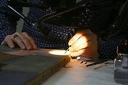Mannheim. 21.03.17 | BILD- ID 047 |<br /> Kunsthalle. Mannheim. Hinter den Kulissen laufen die Vorbereitungen f&uuml;r die Neubau-Er&ouml;ffnung im Dezember 2017 auf Hochtouren. Bis zum Sommer werden im Restaurierungsatelier der Kunsthalle Mannheim knapp 50 Gem&auml;lde, Skulpturen und Installationen f&uuml;r die unkonventionelle Neuinszenierung &bdquo;Licht an!&ldquo; aufgearbeitet und vorbereitet. <br /> Finanziert werden die dringend notwendigen Restaurierungsarbeitern an bedeutenden Werken der Mannheimer Sammlung nicht nur durch st&auml;dtische Mittel, sondern auch durch das Projekt &bdquo;Bildpaten&ldquo;, das 2009 als Kooperation mit dem F&ouml;rderkreis ins Leben gerufen wurde.<br /> - Henrike Bierbrodt f&uuml;hrt als Restauratorin f&uuml;r Gem&auml;lde und Skulpturen eine Oberfl&auml;chenreinigung durch. Mit dem W&auml;rmespachtel wird die Malschicht gefestigt.<br /> Bild: Markus Prosswitz 21MAR17 / masterpress (Bild ist honorarpflichtig - No Model Release!)