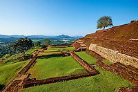 Sri Lanka, province du centre-nord, district de Polonnaruwa, Sigiriya, Ville ancienne et forteresse de Sigiriya classée patrimoine mondial de l'UNESCO, Rocher du Lion, palais du roi Kassyapa au sommet du rocher // Sri Lanka, Ceylon, North Central Province, Sigiriya Lion Rock fortress, UNESCO world heritage site, ruins of royal palace of Kassyapa King on the top of the rock