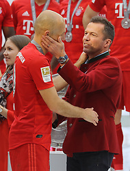 18.05.2019, Allianz Arena, Muenchen, GER, 1. FBL, FC Bayern Muenchen vs Eintracht Frankfurt, 34. Runde, Meisterfeier nach Spielende, im Bild Lothar Matthäus gratuliert Arjen Robben // during the celebration after winning the championship of German Bundesliga season 2018/2019. Allianz Arena in Munich, Germany on 2019/05/18. EXPA Pictures © 2019, PhotoCredit: EXPA/ SM<br /> <br /> *****ATTENTION - OUT of GER*****