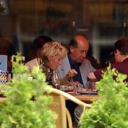 NLD/Amsterdam/20050808 - Ria Bremer en partner Bob een hapje eten op een terras in Amsterdam