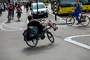 In Utrecht rijdt een ligfietser in de avondspits het fietspad langs het Vredenburg op.<br /> <br /> In Utrecht a recumbent cyclists turns to the bike lane during rush hour,