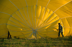 GERMANY SCHLESWIG-HOLSTEIN KIEL 9JUN02 - Pilot and assistant prepare the balloon's top end during inflation...jre/Photo by Jiri Rezac..© Jiri Rezac 2002..Contact: +44 (0) 7050 110 417..Mobile:  +44 (0) 7801 337 683.Office:  +44 (0) 20 8968 9635..Email:   jiri@jirirezac.com.Web:     www.jirirezac.com