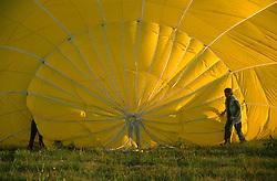 GERMANY SCHLESWIG-HOLSTEIN KIEL 9JUN02 - Pilot and assistant prepare the balloon's top end during inflation...jre/Photo by Jiri Rezac..© Jiri Rezac 2002..Contact: +44 (0) 7050 110 417..Mobile:  +44 (0) 7801 337 683.Office:  +44 (0) 20 8968 9635..Email:   jiri@jirirezac.com.Web:     www.jirirezac.com