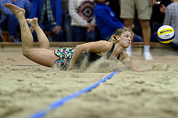 04-01-2015 NED: Open NK Indoor Beachvolleybal, Aalsmeer<br /> Elke Schuil-Wijnhoven en Mered de Vries winnen de finale NK Indoor Beachvolleybal / Mered de Vries