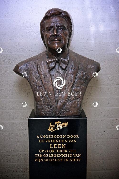 ROTTERDAM - In de ahoy staat het beeld van Lee Towers ter gelegenheid van zijn 50 Galas in Ahoy. FOTO LEVIN DEN BOER - PERSFOTO.NU