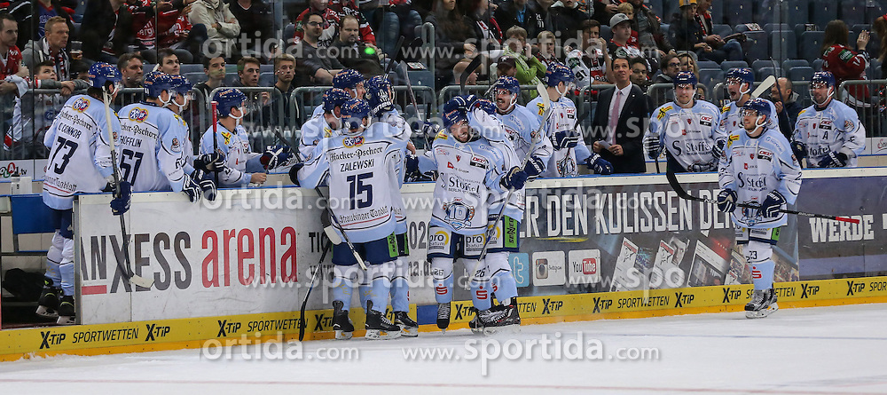 25.09.2015, Lanxess Arena, Koeln, GER, DEL, Koelner Haie vs Straubing Tigers, 5. Runde, im Bild vl. Jubel zum Tor 1:2 nach Videobeweis // during the German DEL Icehockey League 5th round match between Koelner Haie and Straubing Tigers at the Lanxess Arena in Koeln, Germany on 2015/09/25. EXPA Pictures &copy; 2015, PhotoCredit: EXPA/ Eibner-Pressefoto/ Horn<br /> <br /> *****ATTENTION - OUT of GER*****