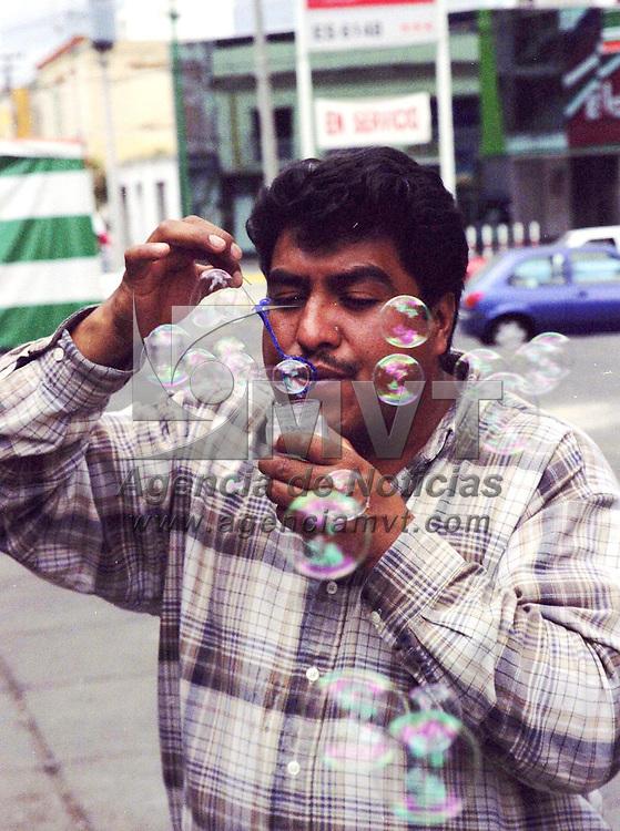 Toluca, M&eacute;x.- Un vendedor de burbujas de jab&oacute;n ofrece su producto. Agencia MVT / Arturo Rosales Ch&aacute;vez. (FILM).<br /> <br /> NO ARCHIVAR - NO ARCHIVE