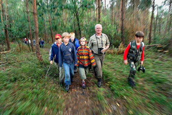 Nederland, Hoenderloo, 9-8-2006..Kinderkamp, kindersurvival onder leiding van een boswachter. De kinderen moeten stil zijn en goed luisteren naar geluiden van dieren. Wandelen, lopen door het bos...Foto: Flip Franssen/Hollandse Hoogte