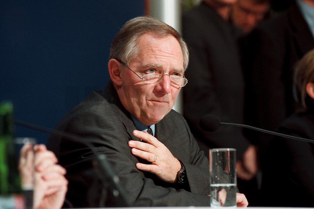 """11 JAN 2000, BERLIN/GERMANY:<br /> Wolfgang Schäuble, CDU Vorsitzender, während der Pressekonferenz """"100.000-Mark-Spende des Waffenhändlers Schreiber"""", CDU Bundesgeschäftsstelle<br /> IMAGE: 20000111-01/01-17<br /> KEYWORDS: Wolfgang Schaeuble"""