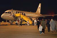 07.04.1999, Mazedonien/Skopje:<br /> Flüchtlinge / Vertriebene aus dem Kosovo steigen auf dem Flughafen Skopje in eine Chartermaschine zum Weiterflug nach Nürmberg, Flughafen Skopje, Mazedonien<br /> Refugees from Kosovo on their way to planes to germany, airport Skopje, Macedonia <br /> IMAGE: 19990407-01/06-12