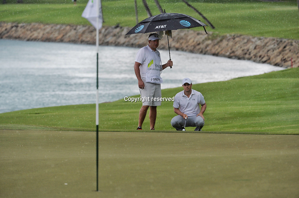 29.01.2016. Singapore.  Jordan Spieth (R) of the United States lines up the putt during the SMBC Singapore Open held at Sentosa Golf Club Serapong course, Singapore, Jan. 29, 2016.