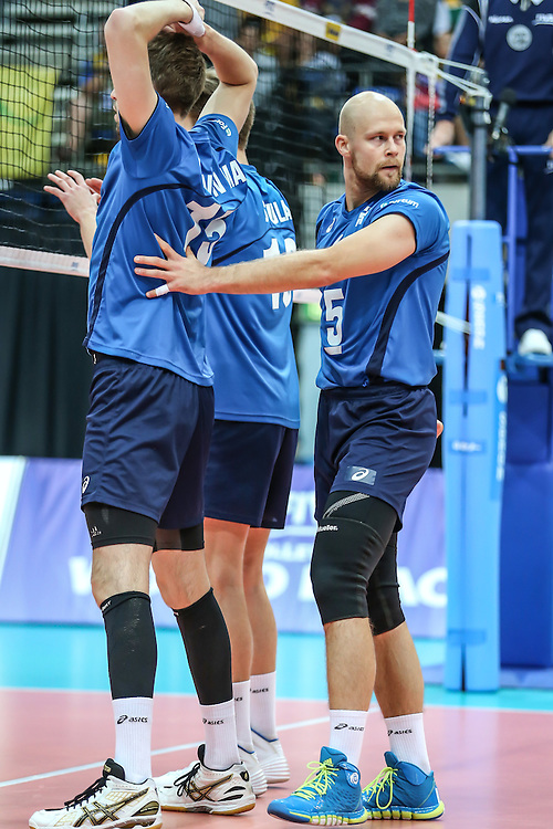 Antti Siltala organises at the net