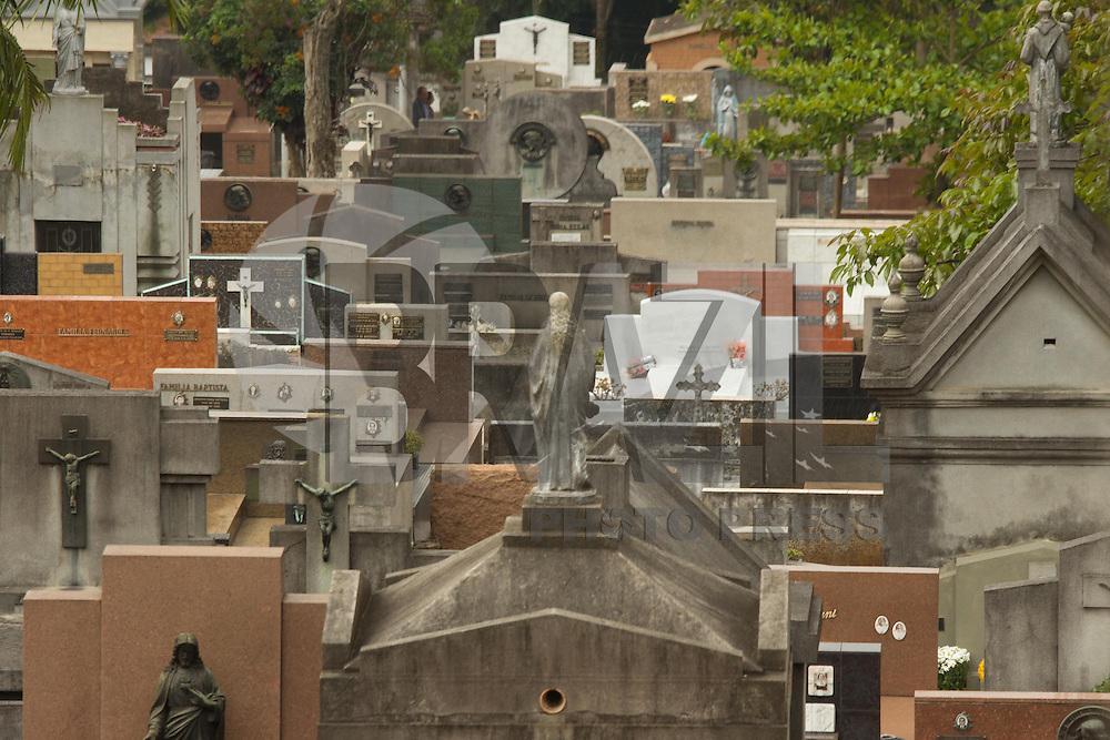 SÃO PAULO, SP - 01.11.2013: MOVIMENTAÇÃO CEMITÉRIO - SP - Movimentação e limpeza nos cemitérios de São Paulo na Véspera do Dia de Finados.  (Foto: Marcelo Brammer/Brazil Photo Press)