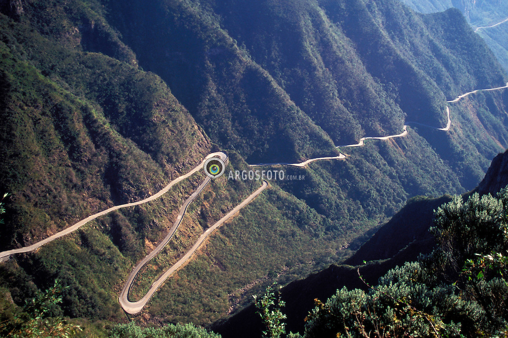 Santa Catarina, Brasil. 08/1997.Serra do Rio do Rastro. Estrada atravessando as montanhas./ Rastro River Mountain Range. Road crossing the mountains.FotoMarcos Issa/Argosfoto