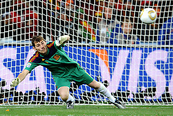 11.07.2010, Soccer-City-Stadion, Johannesburg, RSA, FIFA WM 2010, Finale, Niederlande (NED) vs Spanien (ESP) im Bild  Parade von Iker Casillas (Spanien), EXPA Pictures © 2010, PhotoCredit: EXPA/ InsideFoto/ Perottino *** ATTENTION *** FOR AUSTRIA AND SLOVENIA USE ONLY! / SPORTIDA PHOTO AGENCY