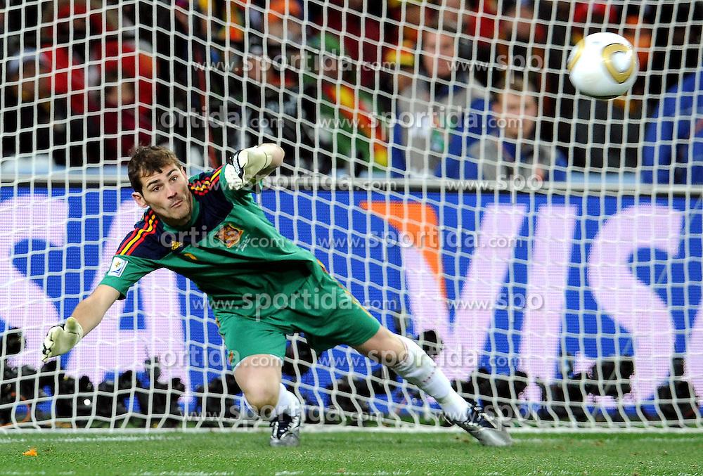 11.07.2010, Soccer-City-Stadion, Johannesburg, RSA, FIFA WM 2010, Finale, Niederlande (NED) vs Spanien (ESP) im Bild  Parade von Iker Casillas (Spanien), EXPA Pictures © 2010, PhotoCredit: EXPA/ InsideFoto/ Perottino *** ATTENTION *** FOR AUSTRIA AND SLOVENIA USE ONLY! / SPORTIDA PHOTO AGENCY
