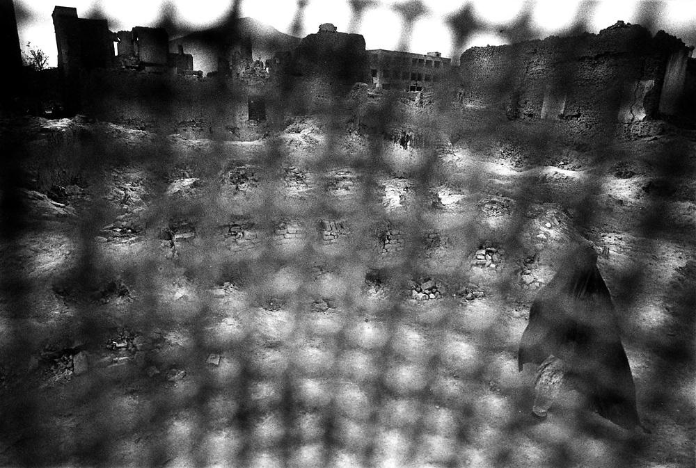 AFGHANISTAN 1996 - UNDER TALIBAN; HERE: Old Town Kabul - women are forced by Taliban to.wear the Burka...; In der  fast voellig zerstoerten Altstadt;Hier: Blick aus der Perspektive einer Frau, die eine Burka.mit Stoffgitter tragen muss....<br /> copyright: Christian Jungeblodt