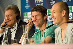 14.05.2013, Allianz Arena, Muenchen, GER, UEFA CL, FC Bayern Muenchen, Medientag, im Bild Thomas MUELLER (FC Bayern Muenchen) und Arjen ROBBEN (FC Bayern Muenchen) gut gelaunt bei der Pressekonefernz. Links Pressesprecher Markus Hoerwick // during the open media day of FC Bayern Munich in front of the UEFA Champions League Final 2013 held at the Alianz Arena, Munich, Germany on 2013/05/14. EXPA Pictures © 2013, PhotoCredit: EXPA/ Eibner/ Wolfgang Stuetzle..***** ATTENTION - OUT OF GER *****