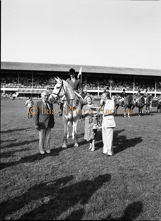The Dublin Horse Show.1982.07.08.1982.08.07.1982.7th August 1982...The Dublin Horse Show..R.D.S., Ballsbridge, Dublin.The winners of the Aga Khan team trophy were Great Britain. The shows' leading rider was Mr Harvey Smith, Great Britain..Picture shows the awarding of the trophy to the England team.