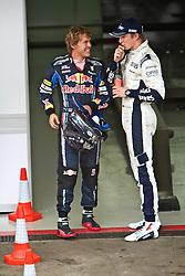 O piloto alemão da Red Bull Sebastian Vettel (E) comprimenta o piloto  da Williams Nico Hulkenberg após conquistar a pole position no Grande Prémio do Brasil de Fórmula 1, em Interlagos, São Paulo. FOTO: Jefferson Bernardes/Preview.com
