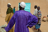 Niger. Marche du mercredi a Boubon, a 40 km a l'ouest de Niamey sur les rives du fleuve Niger. // Niger. Wednesday market at Boubon about 40km ouest of Niamey on the Niger river.