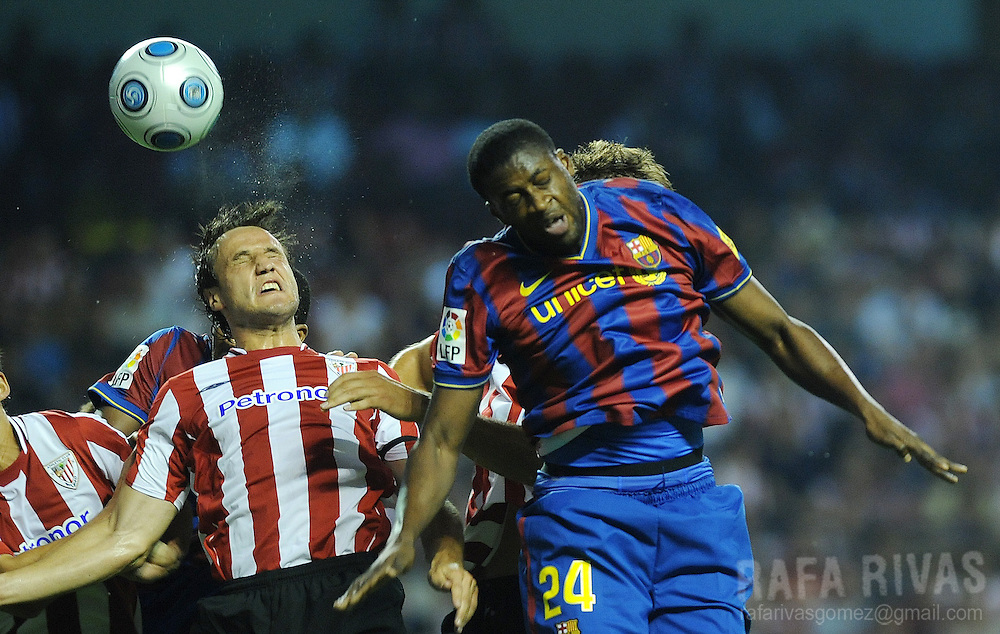 Athletic Bilbao's Carlos Gurpegi (L) jumps for the ball with Barcelona's Ivorian Toure Yaya (R) during their Spanish Supercup 1st leg football match, on August 16, 2009, at San Mames stadium in Bilbao.  PHOTO/Rafa Rivas