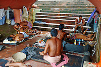Inde, Bengale Occidental, Calcutta (Kolkata), massage a Babughat // India, West Bengal, Kolkata, Calcutta, massage at Babughat