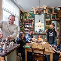 Nederland, Amsterdam, 23 maart 2017.<br /> De familie Schaapman in het door hen opgerichte galerie Muizenhuis in de Eerste Tuindwarsstraat in de Jordaan.<br /> <br /> Foto: Jean-Pierre Jans