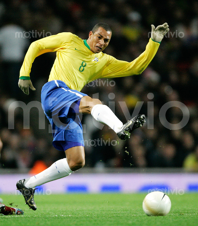 Fussball International Testspiel  Brasilien 0-2 Portugal Gilberto Silva (BRA) am Ball