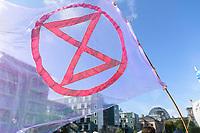 09 OCT 2019, BERLIN/GERMANY:<br /> Extinction Rebellion (XR), eine globale Umweltbewegung protestiert mit der Blockade von Verkehrsknotenpunkten fuer eine Kehrtwende in der Klimapolitik, im Hintergrund die Kuppel des Reichstagsgebaeudes, Marschallbruecke<br /> IMAGE: 20191009-02-020<br /> KEYWORDS: Demonstration, Demo, Demonstranten, Klima, Klimawandel, climate change, protest, Marschallbrücke