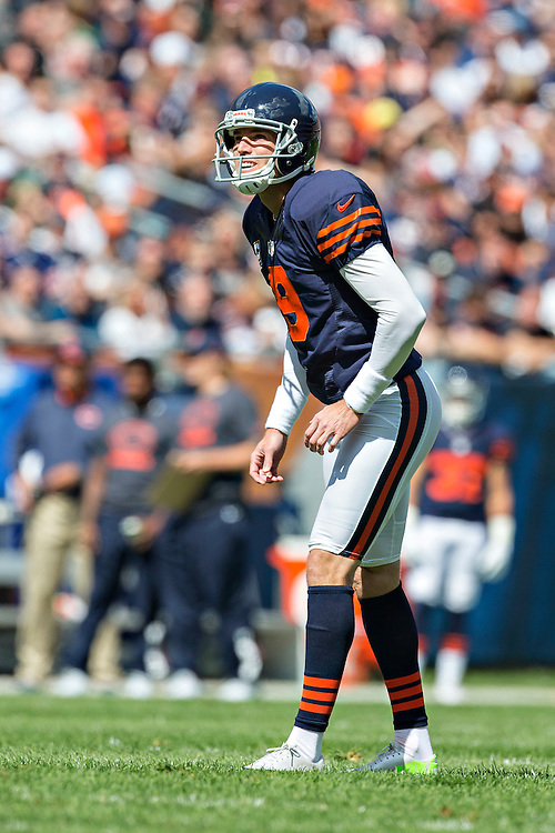 CHICAGO, IL - SEPTEMBER 13:  Robbie Gould #9 of the Chicago Bears prepares to kick a field goal during a game against the Green Bay Packers at Soldier Field on September 13, 2015 in Chicago, Illinois.  The Packers defeated the Bears 31-23.  (Photo by Wesley Hitt/Getty Images) *** Local Caption *** Robbie Gould