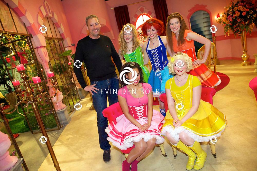 SCHELLE (BELGIE) - In Studio100 word het nieuwe tv programma van Studio100 'Prinsessia' opgenomen. Met hier op de foto  (staand) Gert Verhulst, Prinses Linde (Jolijn Henneman), Prinses Violet (Fauve Celeste Geerling), Prinses Iris (Helle Vanderheyden) en zittend Prinses Roos (Désirée Viola) en Prinses Madeliefje (Sylvia Boone). FOTO LEVIN DEN BOER - PERSFOTO.NU