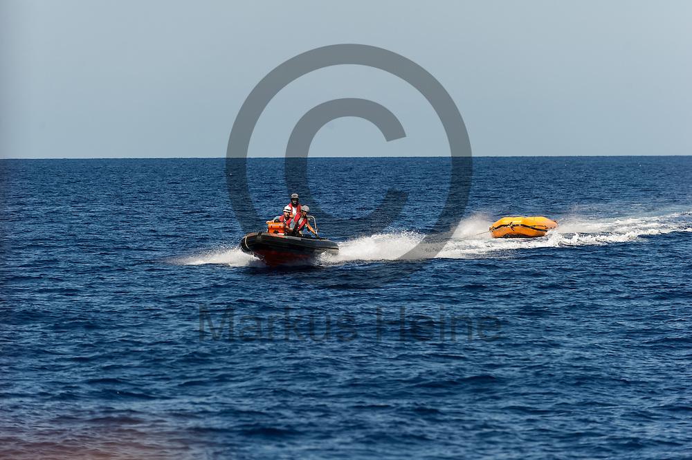 Ein RIB (Schlauchboot) kehrt am 22.09.2016 zu dem Fluechtlingsrettungsboot Sea-Watch 2 in internationalen Gewaessern vor der libyschen Kueste zu dem Mutterschiff zurueck. Foto: Markus Heine / heineimaging<br /> <br /> ------------------------------<br /> <br /> Veroeffentlichung nur mit Fotografennennung, sowie gegen Honorar und Belegexemplar.<br /> <br /> Publication only with photographers nomination and against payment and specimen copy.<br /> <br /> Bankverbindung:<br /> IBAN: DE65660908000004437497<br /> BIC CODE: GENODE61BBB<br /> Badische Beamten Bank Karlsruhe<br /> <br /> USt-IdNr: DE291853306<br /> <br /> Please note:<br /> All rights reserved! Don't publish without copyright!<br /> <br /> Stand: 09.2016<br /> <br /> ------------------------------
