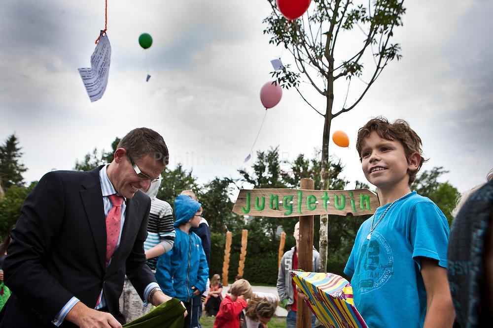 Garemerwolde 20110706. Opening speeltuin 'Jungletuin'. Burgemeester Andre van de Nadort Heeft samen met Sem de door Sem bedachte naam Jungletuin onthuld. Kinderen laten ballonnen los. foto: Pepijn van den Broeke. kilometers: